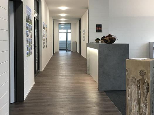 Grosse Räume, individuelle Nutzung, Liftanlage, grosse Parkgarage und Aussenplätze